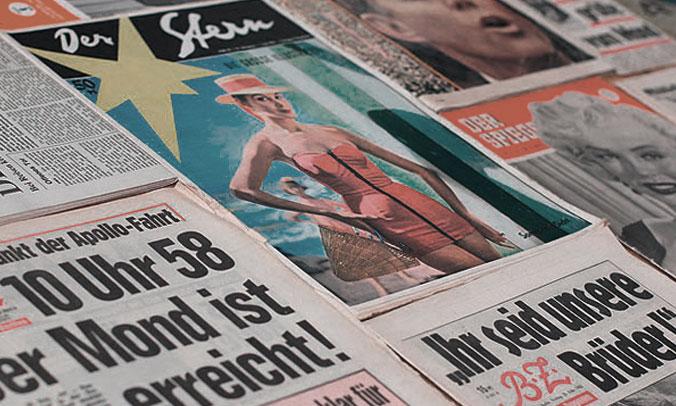 Detailfoto echte alte Zeitungen