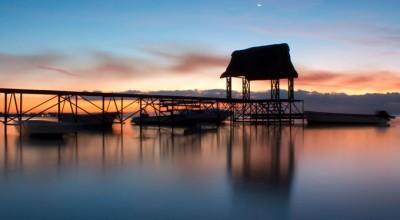 Sonnenuntergang mit Mond auf Mauritius