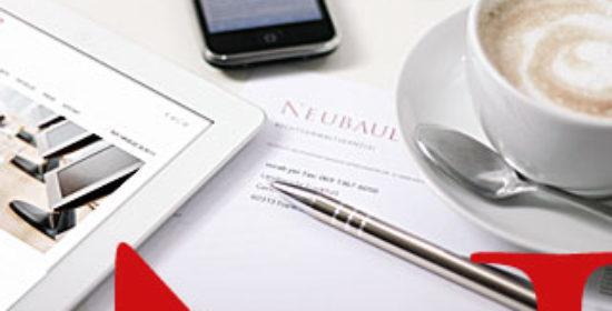 Tablet, Smartphone, Kaffetasse, Briefpapier und Kugelschreiber